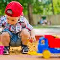 Dieťa sa hraje na pieskovisku
