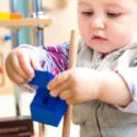 Dieťatko sa hrá s montessori hračkami