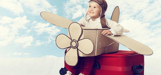 Malé dieťa sa hrá s papierovým lietadlom